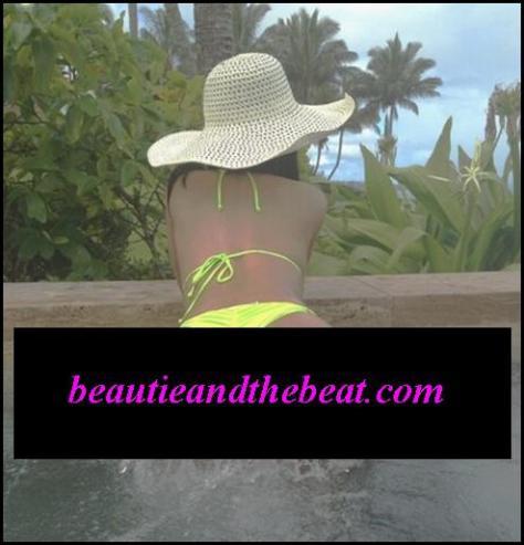 Nicki-Minaj-Bikini-Valentines-Day-3 edit
